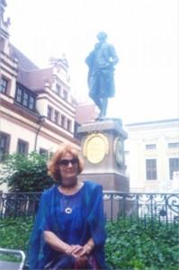 סמדר ליד הפסל של גתה בלייפציג
