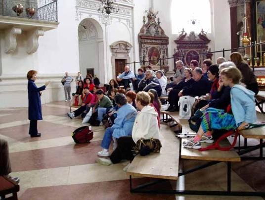 סמדר עם קבוצת מטיילים בקתדרלה של זלצבורג