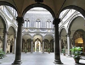 ארמון  מדיצ'י  בפירנצה ,  כאן  ב -  1709  יצר  כריסטופורי את הפסנתר הראשון .